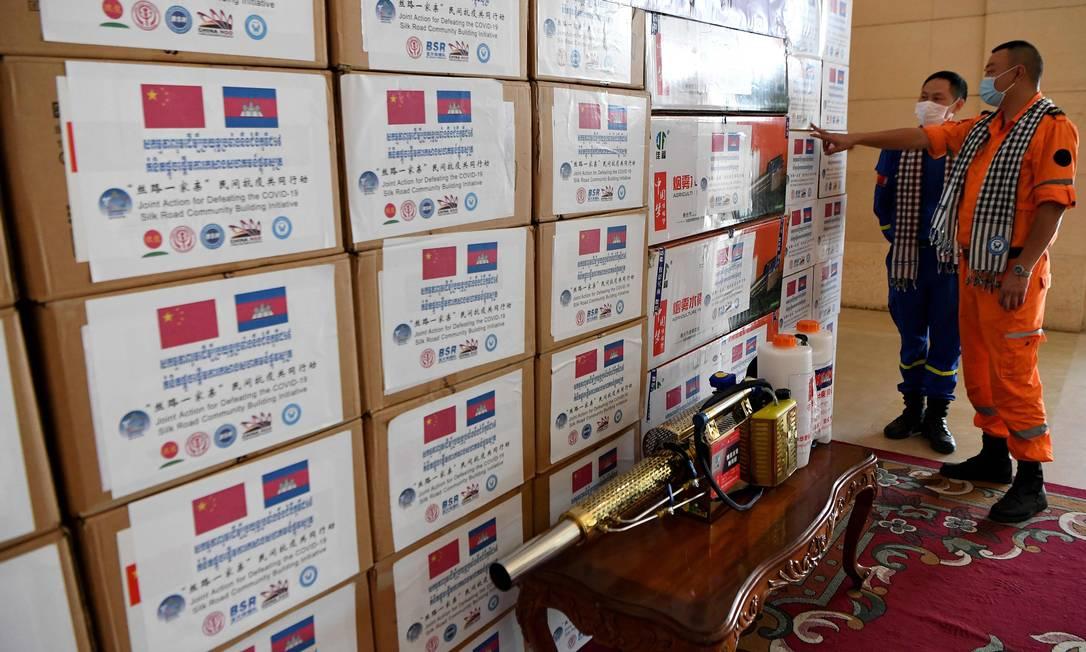 Caixas com doações chinesas ao Camboja, incluindo produtos médicos, são entregues em Phnom Pehn Foto: TANG CHHIN SOTHY / AFP