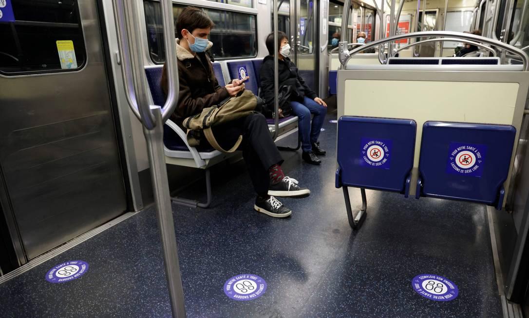 Pessoas usam máscara no metrô em Paris, nesta segunda-feira. Na retomada de alguns serviços, depois de um lockdown de dois meses, uma nova rotina: assentos interditados e demarcações visando manter distanciamento entre passageiros Foto: THOMAS COEX / AFP