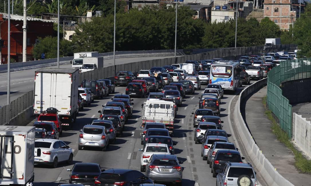 Trânsito intenso na estrada Niterói-Manilha devido aos bloqueios nas entradas da cidade de Niterói Foto: Fabiano Rocha / Agência O Globo