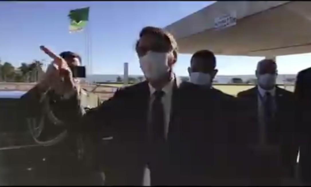 Bolsonaro usa máscara ao sair do Palácio da Alvorada para cumprimentar apoiadores e falar com a imprensa Foto: Reprodução