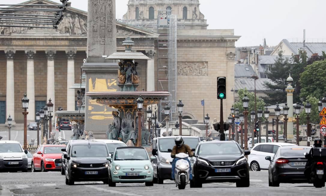A Praça de la Concorde, em Paris, registrou movimento intenso de carros, nesta segunda-feira. Durante dois meses, as ruas ficaram desertas na capital da França, devido ao lockdown imposto pelo governo para conter a disseminação do novo coronavírus Foto: CHARLES PLATIAU / REUTERS