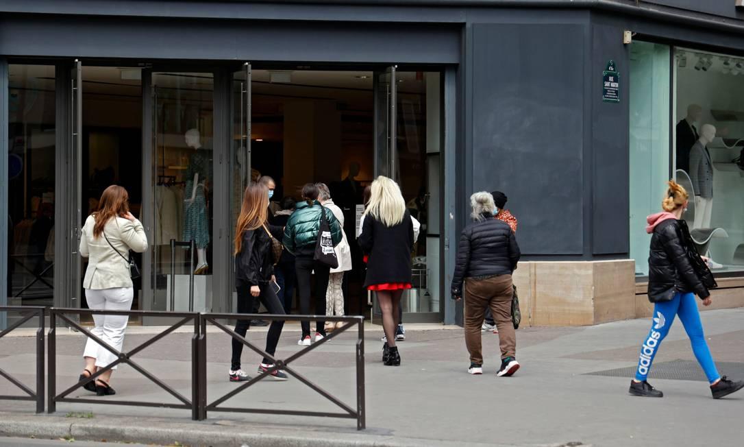 Clientes entram em uma loja de roupas da Zara, em Paris, nesta segunda-feira Foto: THOMAS COEX / AFP