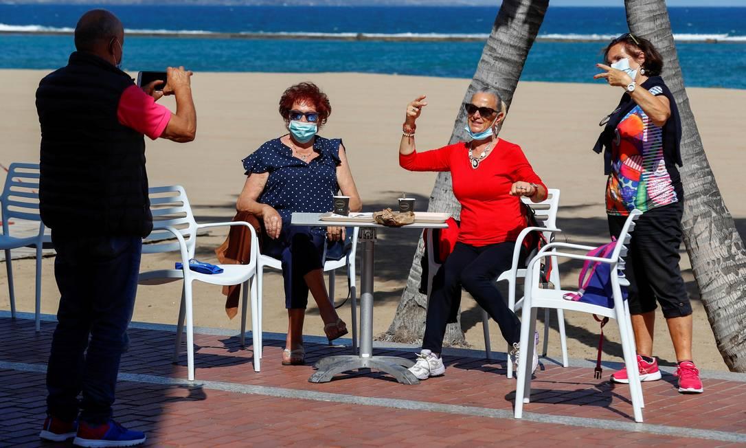 Turistas italianos posam para uma foto na praia de Las Canteras durante a reabertura. Algumas províncias espanholas podem aliviar o lockdown decretado há dois meses Foto: BORJA SUAREZ / REUTERS