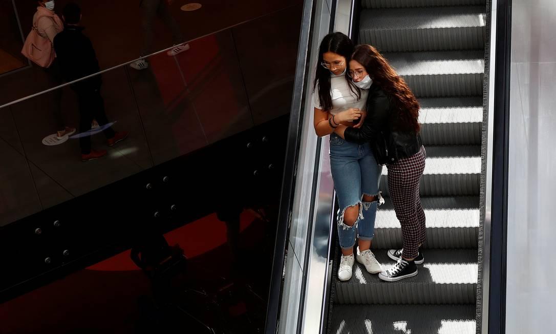 Pessoas são vistas em um shopping center, na capital Bruxelas, nesta segunda-feira, quando a Bélgica começou a diminuir as restrições do lockdown que durou sete semanas Foto: FRANCOIS LENOIR / REUTERS