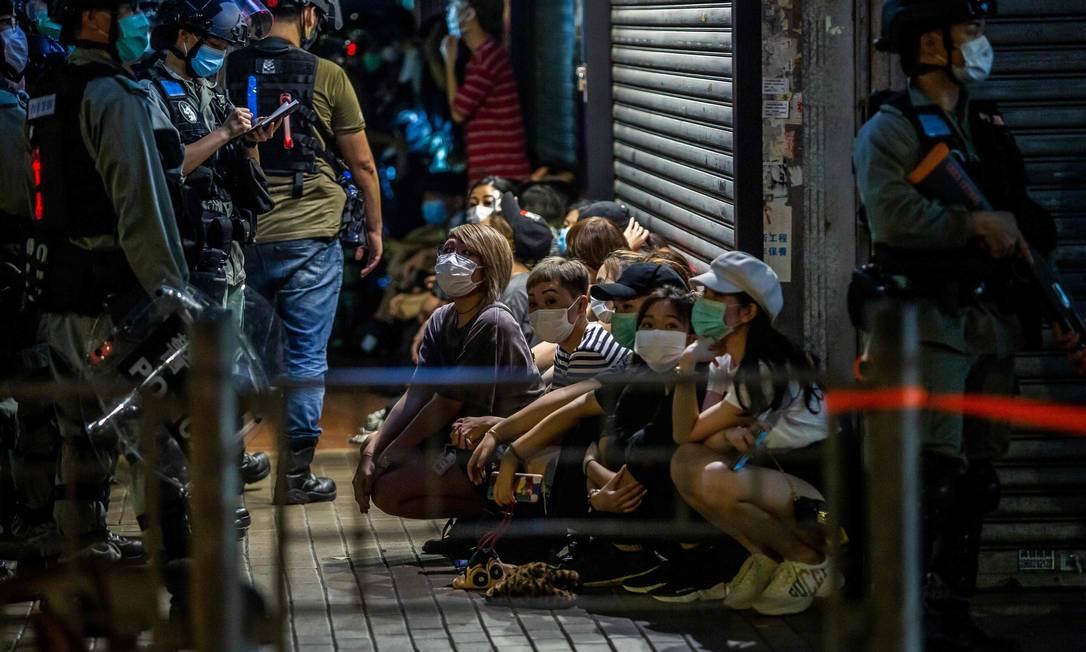Policiais prenderam 230 pessoas em prostestos durante o fim de semana, em Hong Kong Foto: ISAAC LAWRENCE / AFP