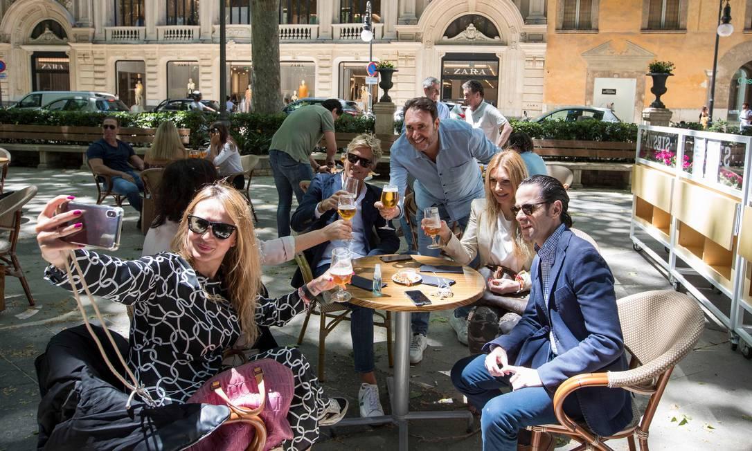 Amigos se reunem no terraço de um café em Palma de Mallorca, na Espanha: avanço das medidas de relaxamento Foto: JAIME REINA / AFP/11-05-2020