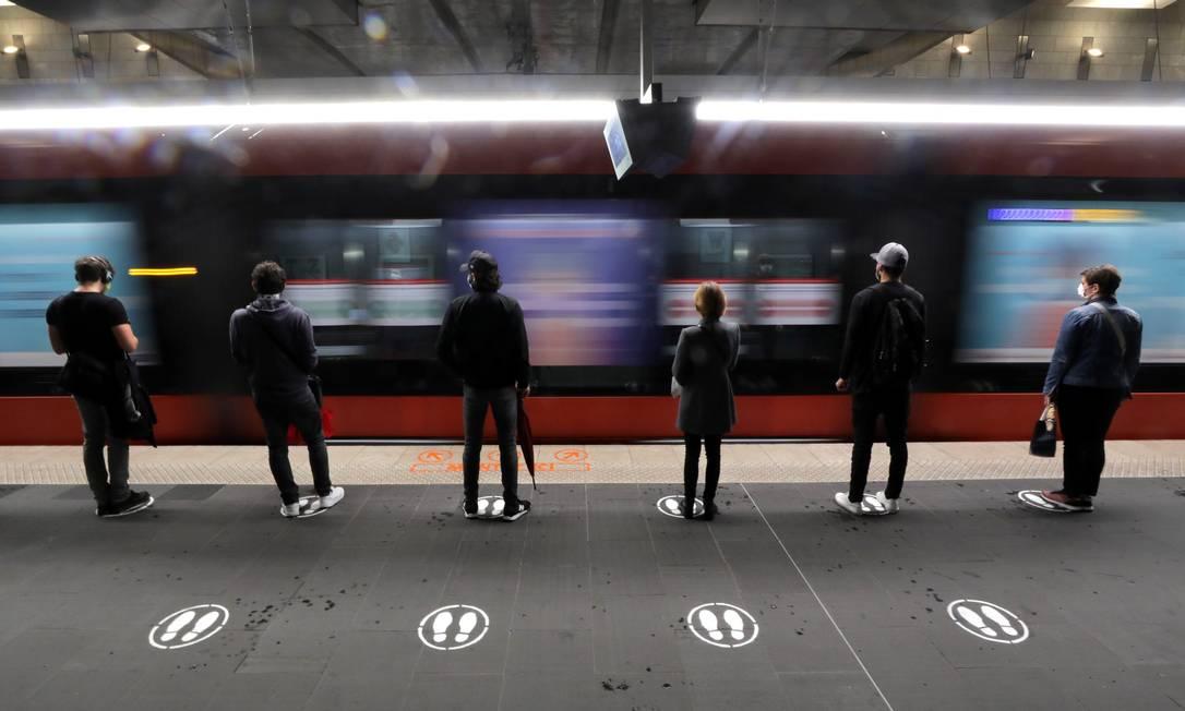 Passageiros aguardam metrô respeitando as demarcações para se manter distanciamento social, em Nice, na França Foto: ERIC GAILLARD / REUTERS