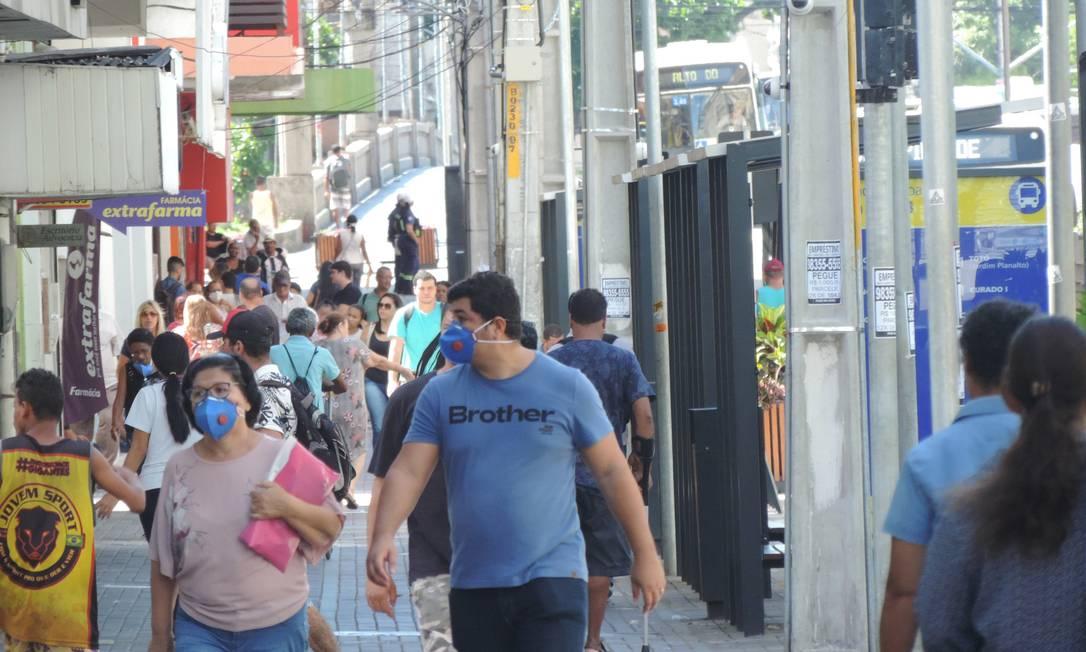 Descumprimento da quarentena pela população preocupou autoridades de Pernambuco no mês de abril. Foto: Agência O Globo