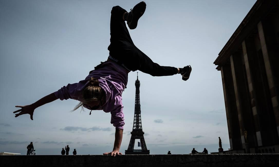 Corredor livre pratica com a Torre Eiffel ao fundo, no primeiro dia de relaxamento das medidas de bloqueio na França Foto: PHILIPPE LOPEZ / AFP/11-05-2020