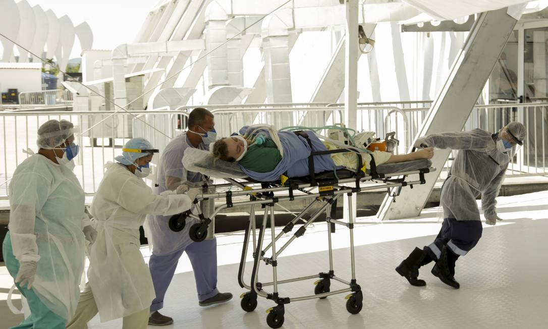 Primeira paciente com Covid-19 chega ao Hospital de Campanha do Parque dos Atletas, inaugurado nesta segunda-feira, no Rio Foto: Gabriel de Paiva / Agência O Globo