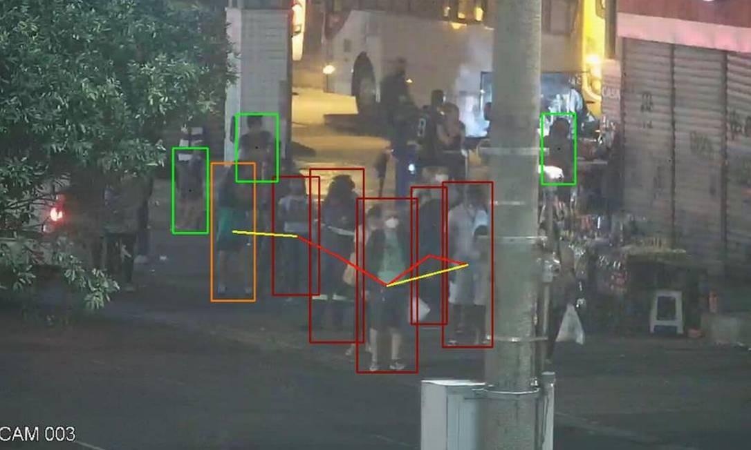 Pequena aglomeração de pessoas em ponto de ônibus na Central do Brasil detectada pelo software Foto: Divulgação / CET-Rio