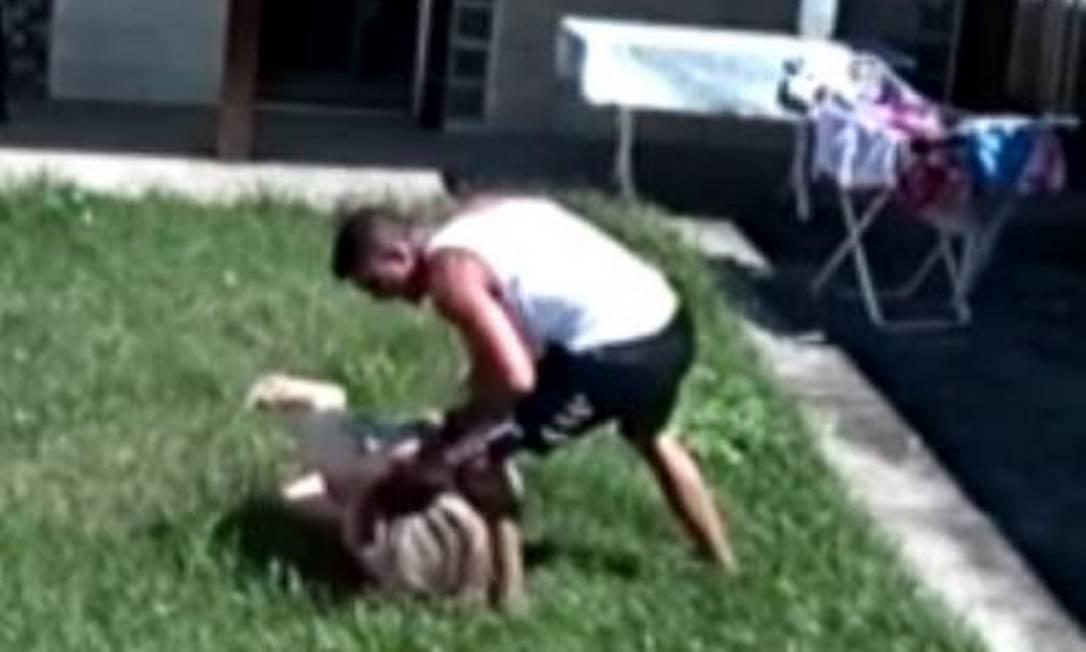Cabo Tarcísio Nunes foi solto duas semanas após espancar a mulher na frente da filha do casal Foto: Reprodução