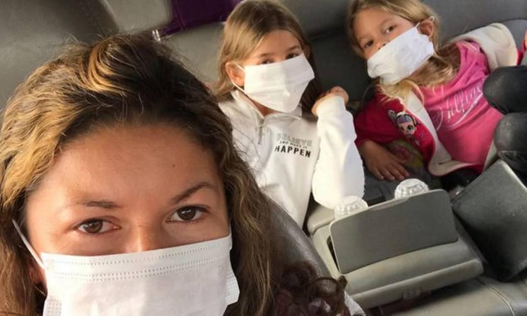 Maria e as filhas Eloah e Yara precisaram usar máscaras após ameaças do exército Foto: Arquivo pessoal