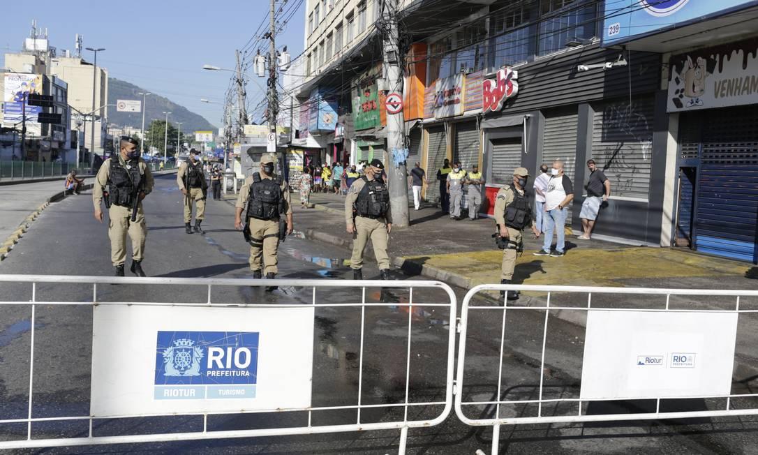 Grades bloqueiam a Avenida Ministro Edgard Romero, em Madureira, no primeiro dia de restrição de circulação para conter a pandemia de coronavírus Foto: Marcia Foletto / Agência O Globo