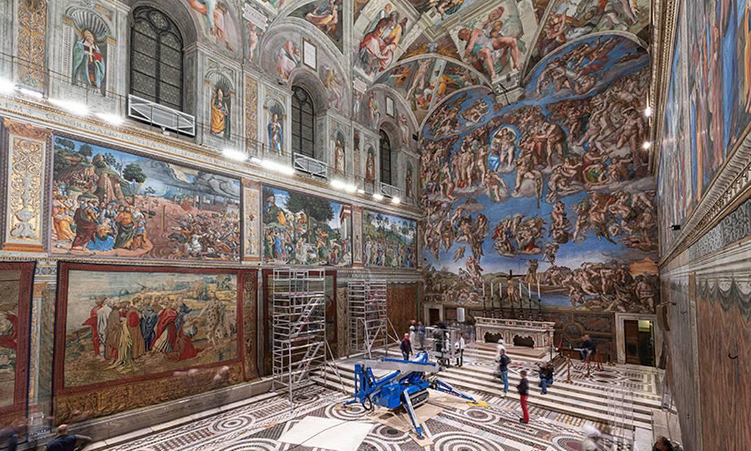 Tapeçaria de Rafael é erguida na Capela Sistina em fevereiro de 2020, quando o Vaticano se preparava para homenageá-lo no 500º ano da morte do artista renascentista Foto: Governatorato SCV © Direzione dei Musei/Handout / via REUTERS
