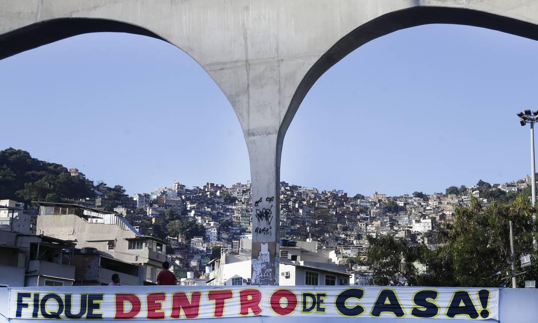 Faixa na passarela da Rocinha pede que moradores fiquem em casa Foto: Antonio Scorza / O Globo
