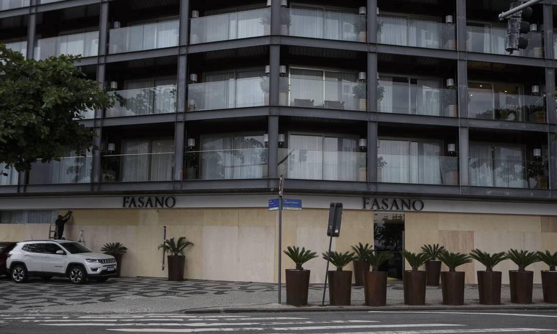 O setor de hotelaria foi uma dos mais impactados pela pandemia de coronavírus. Na foto, o luxuoso Hotel Fasano, em Ipanema, com a fachada coberta por tapumes Foto: Alexandre Cassiano / Agência O Globo