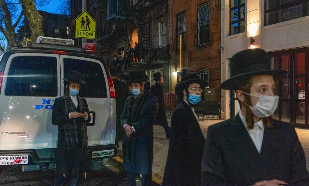 Comunidade judaica vai a funeral durante o confinamento por causa da pandemia do novo coronavírus, em abril de 2020, em Nova York Foto: Bruce Schaff / Reuters