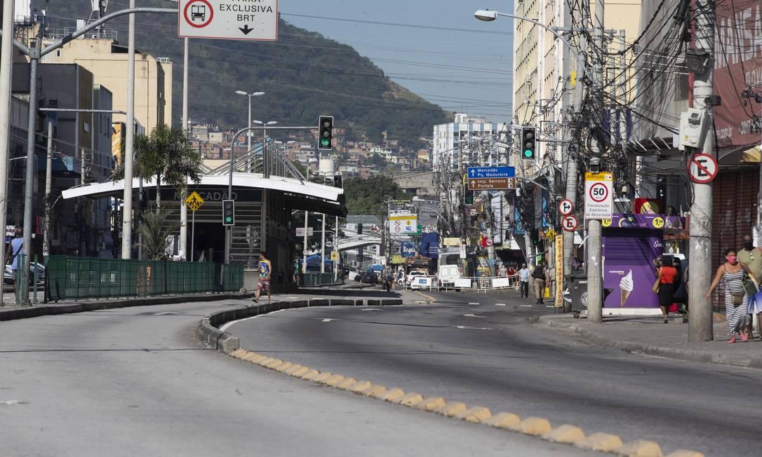 Na Zona Norte do Rio, rua foi fechada para carros e somente pessoas que trabalham ou que vão utilizar os serviços essenciais puderam passar Foto: Márcia Foletto / Agência O Globo