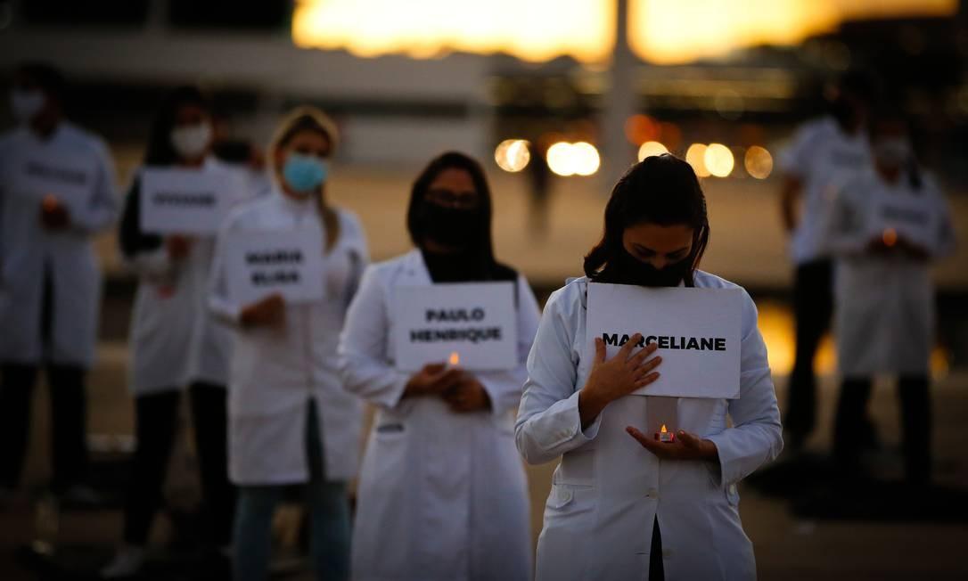 Manifestantes também acenderam velas, simbolizando a vigília aos colegas mortos Foto: Pablo Jacob / Agência O Globo