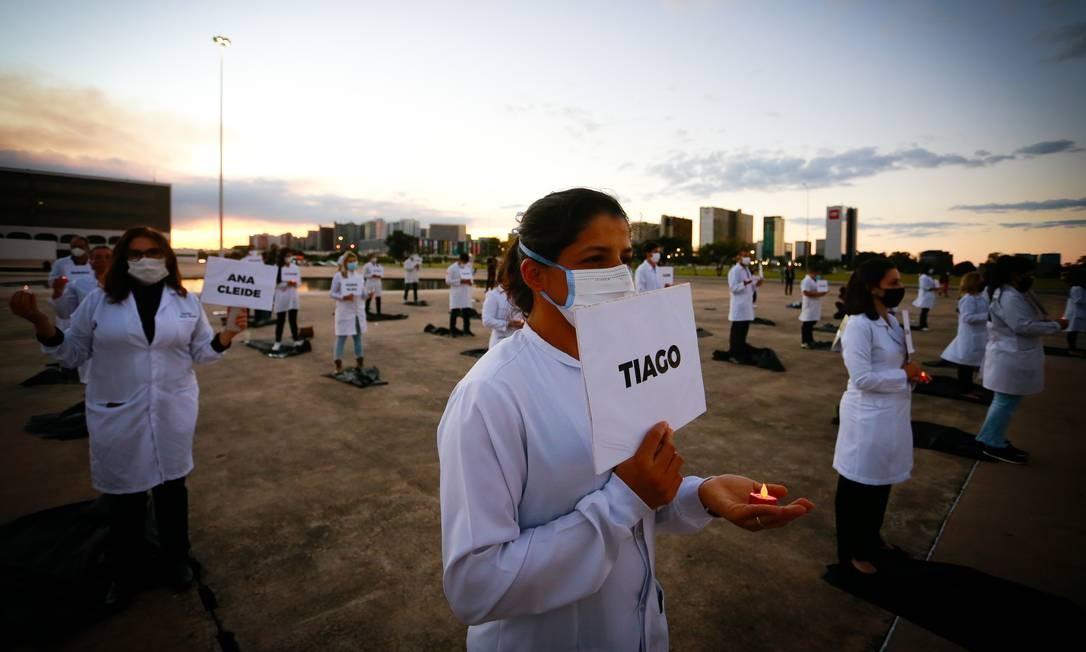 Enfermeiros homenageiam, em Brasília, os colegas mortos pela Covid-19 no país Foto: Pablo Jacob / Agência O Globo