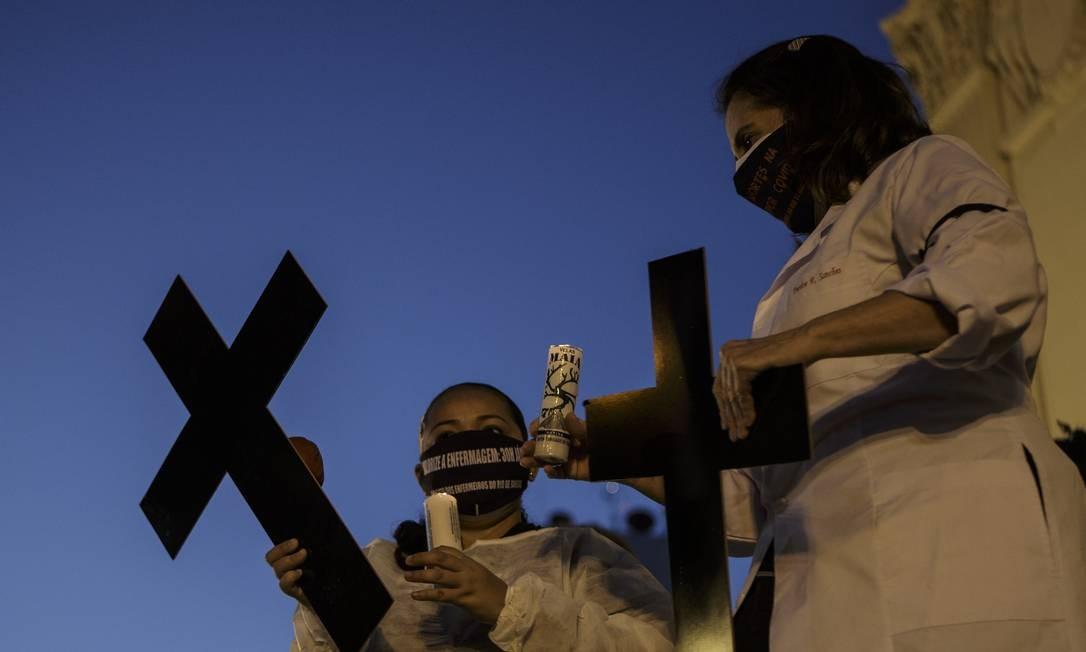 Enfermeiros homenageiam, no Rio, os colegas mortos pela Covid-19 no país Foto: Alexandre Cassiano / Agência O Globo