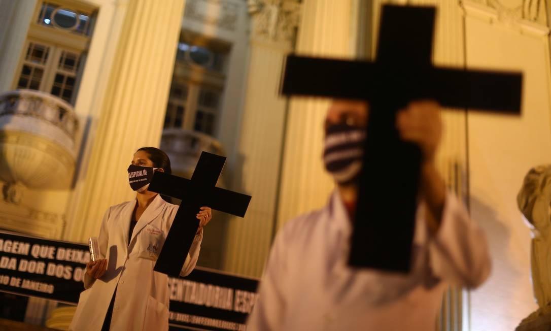 Profissionais de saúde prestam homenagem a seus colegas que morreram da Covid-19, marcando o Dia Internacional da Enfermagem, em frente à Alerj, no Rio Foto: PILAR OLIVARES / REUTERS