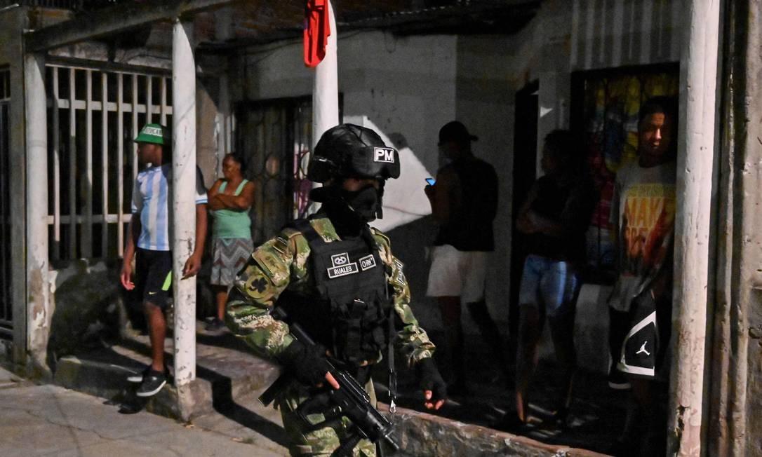 Soldado colombiano participa de patrulha nas ruas Foto: LUIS ROBAYO / AFP