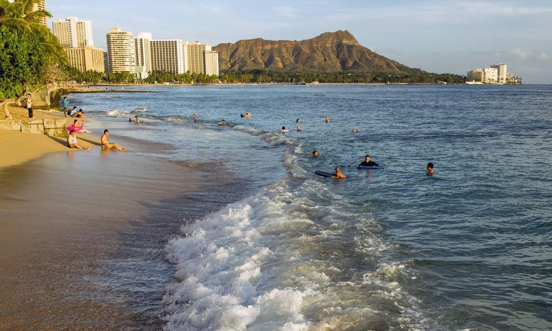 Waikiki Beach, em Honolulu, no Havaí Foto: Marco Garcia / The New York Times