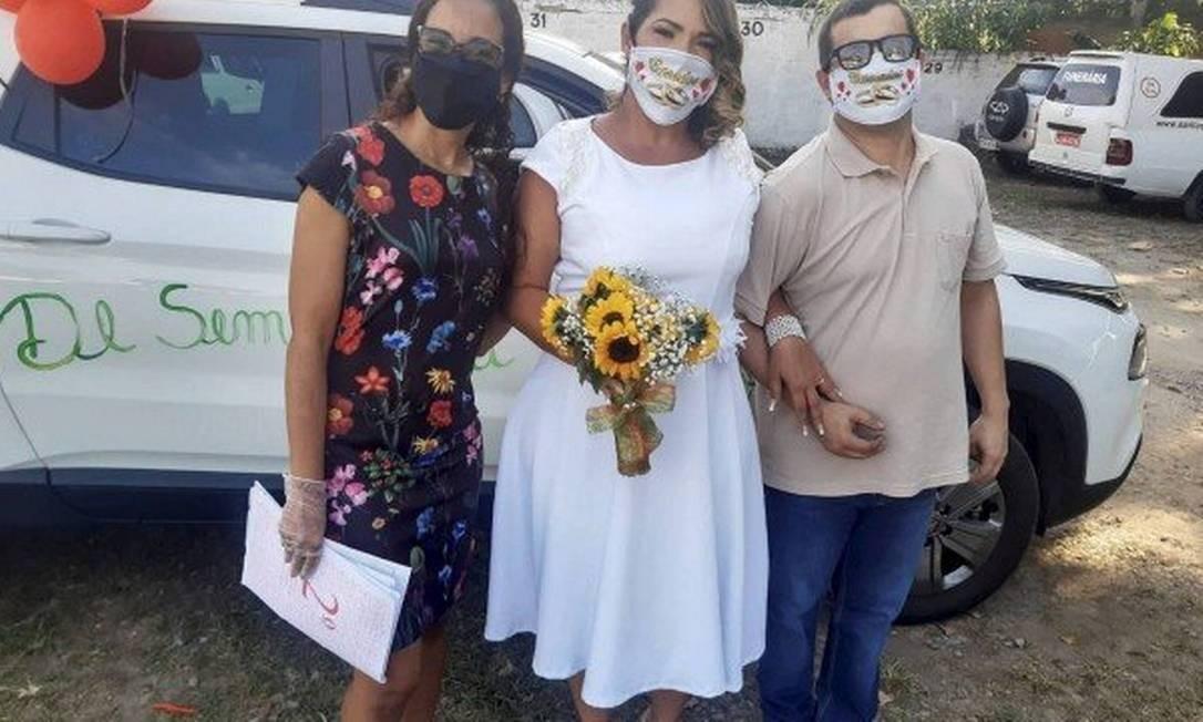 Dejane (ao centro) e Maurício durante o casamento em Santa Cruz: festa em casa Foto: Reprodução