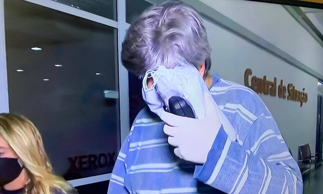 O empresário Mauricio Fontoura esconde o rosto durante prisão Foto: Reprodução da TV