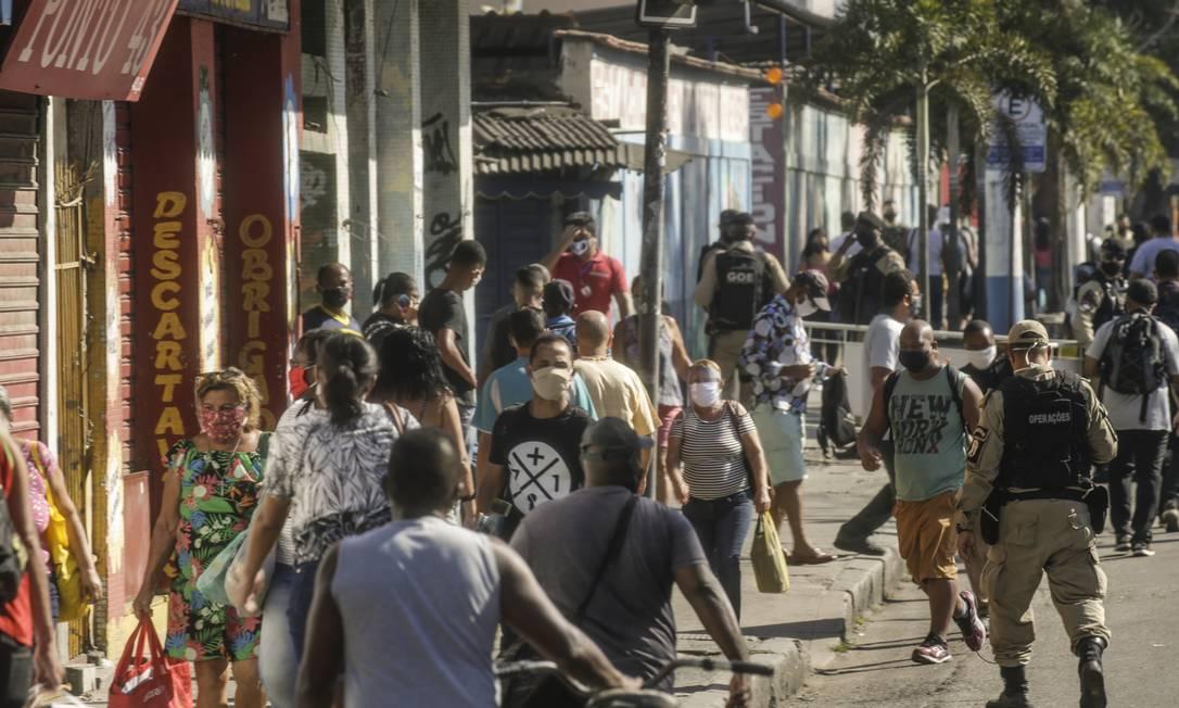 Pavuna recebeu barreiras para bloquear a aglomeração, mas a circulação ainda é alta no bairro Foto: Gabriel de Paiva / O Globo