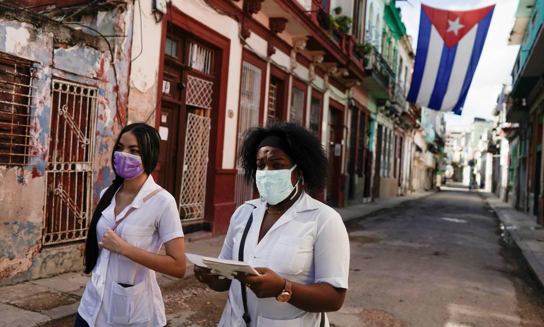 Estudantes de medicina cubanos vão de porta em porta procurando por pessoas com sintomas do novo coronavírus em Havana Foto: Alexandre Meneghini / Reuters
