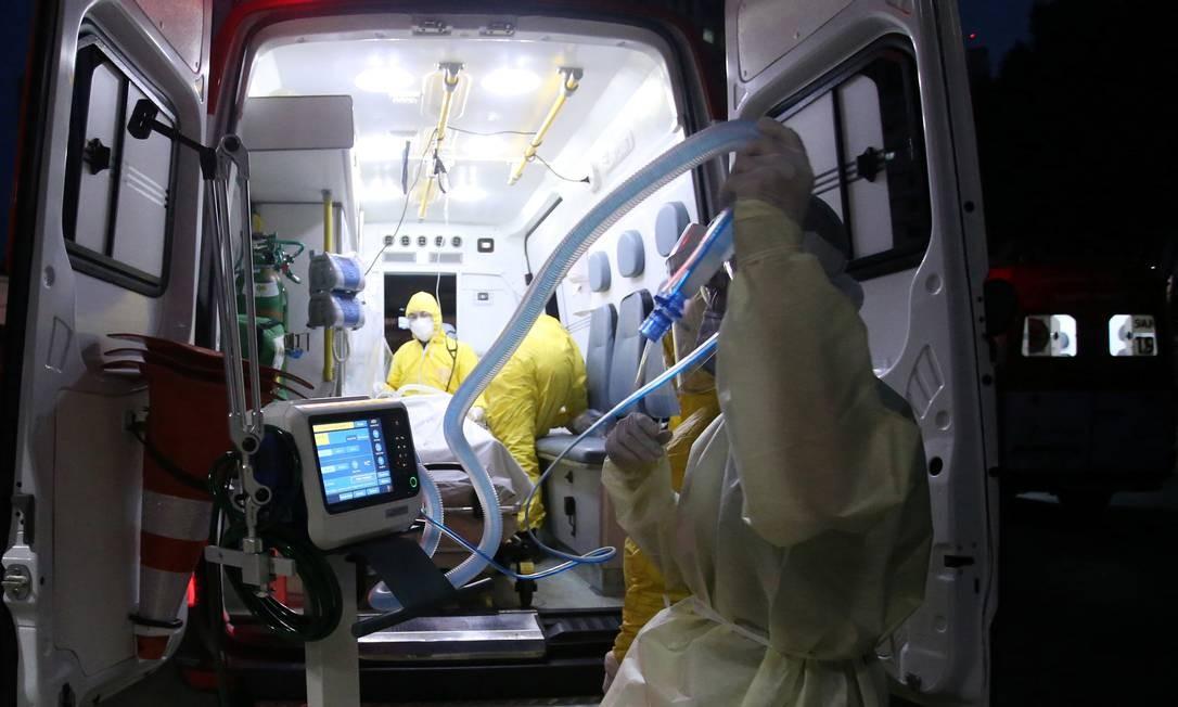 Médico do SAMU segura respirador a ser usado em paciente em Santo André (SP). Foto: Rahel Patrasso / REUTERS