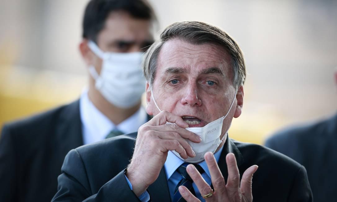 Jair Bolsonaro no Palacio da Alvorada ao falar com apoiadores Foto: Pablo Jacob / Agência O Globo