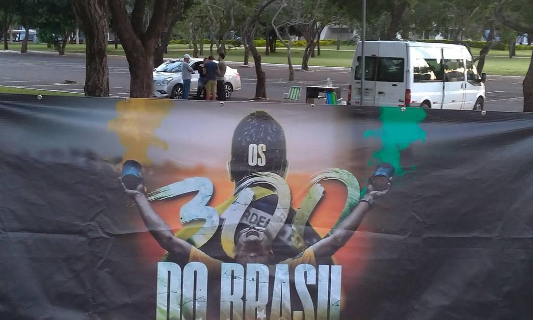 """""""Acampamento Os 300"""" - Recepção de militantes em frente ao Estádio Mané Garrincha, em Brasília Foto: Vinicius Sassine"""