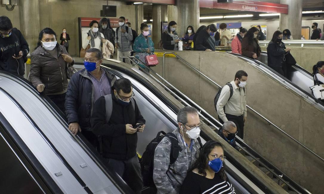No metrô de São Paulo, o udo se máscaras é obrigatório para diminuir o risco de transmissão do novo coronavírus. Foto: Edilson Dantas / Agência O Globo