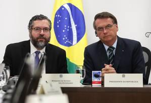 Ernesto Araújo (à esquerda) é um dos ministros do presidente Jair Bolsonaro que permanecem no cargo desde o começo do governo Foto: Marcos Corrêa / AFP