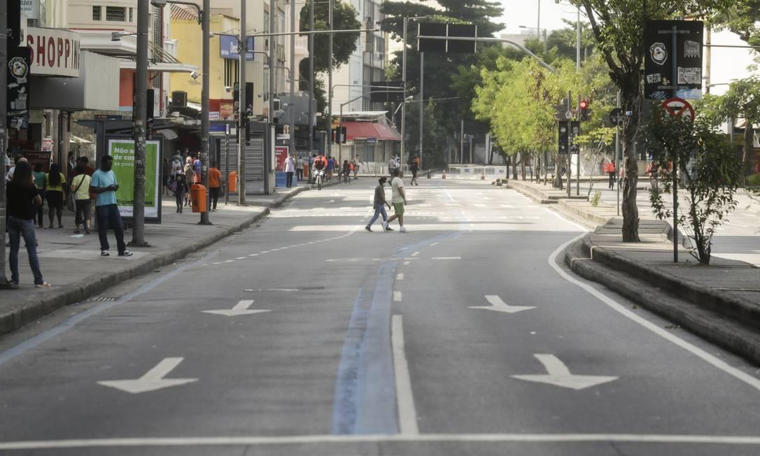 Prefeitura do Rio cria novas barreiras para evitar a circulação de pessoas na cidade Foto: Gabriel de Paiva / Agência O Globo