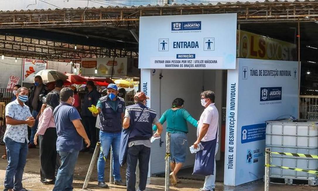 Túnel de desinfecção instalado na entrada do Mercado da Mangueira, em Jaboatão dos Guararapes Foto: Divulgação