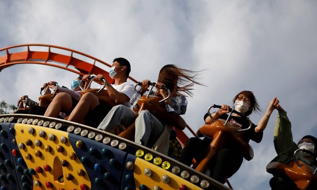 Visitantes no parque de diversões Happy Valley em Pequim Foto: Carlos Garcia Rawlins / Reuters