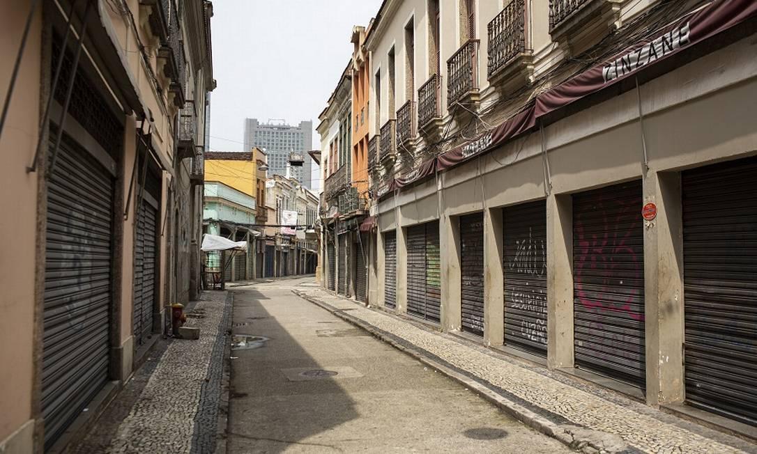 Com grande parte do comércio fechado, estados e municípios sofrem com a perda de arrecadação. Na foto, lojas na região do Saara, no Centro do Rio Foto: Hermes de Paula / Agência O Globo