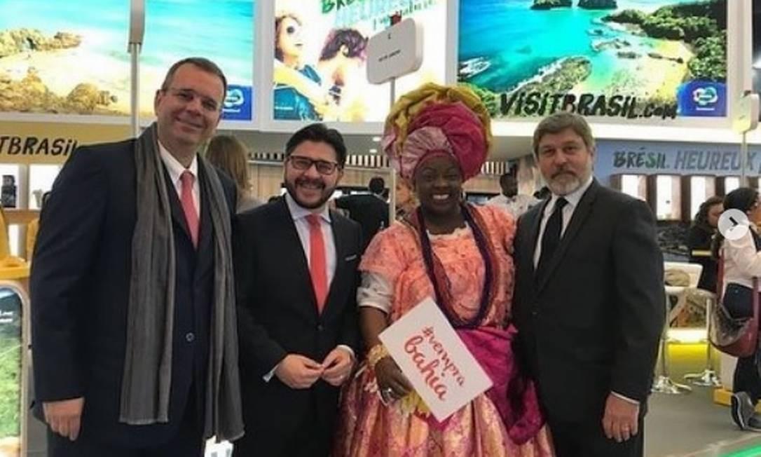 O diplomata Alberto Luiz Pinto Coelho Fonseca (à esquerda), próximo do ministro das Relações Exteriores Ernesto Araújo: pagamento em dólar e euro Foto: Reprodução