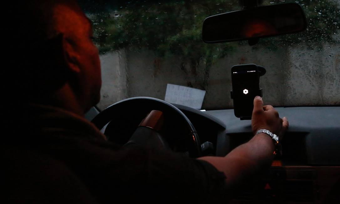 Motorista do Uber em Niterói Foto: Emily Almeida / Agência O Globo