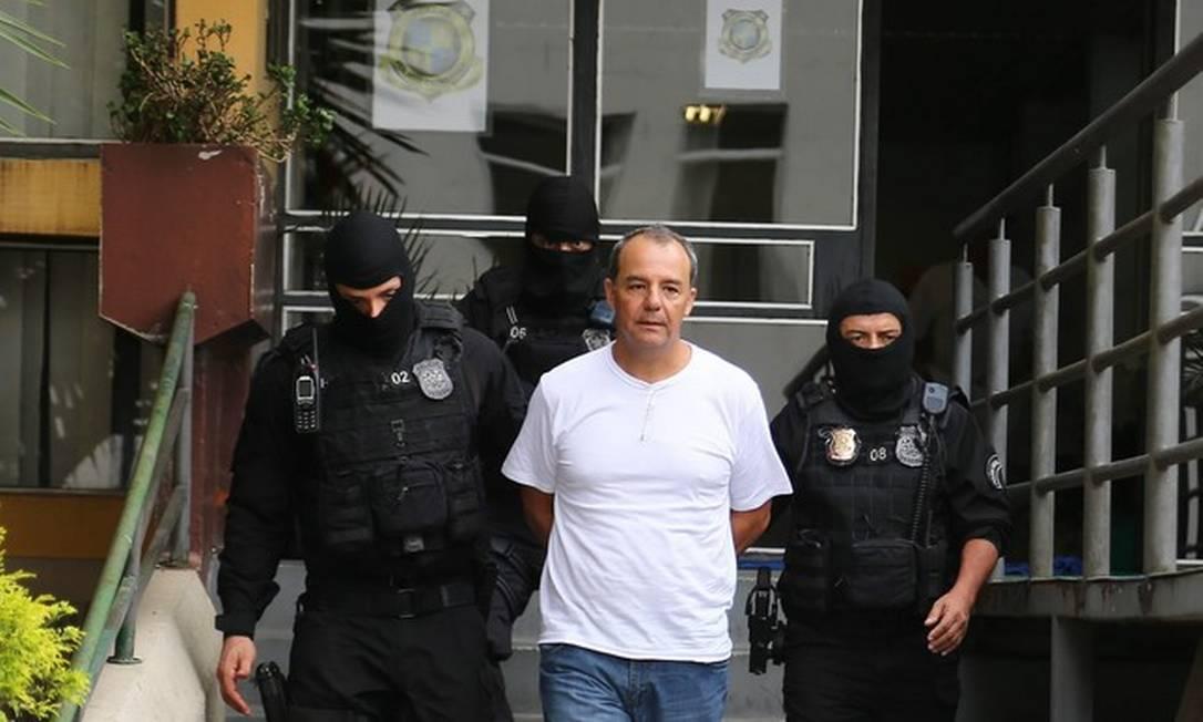 Agentes da Polícia Federal conduzem o ex-governador Sérgio Cabral, preso na Operação Calicute, em 2016 Foto: Geraldo Bubniak / Arquivo