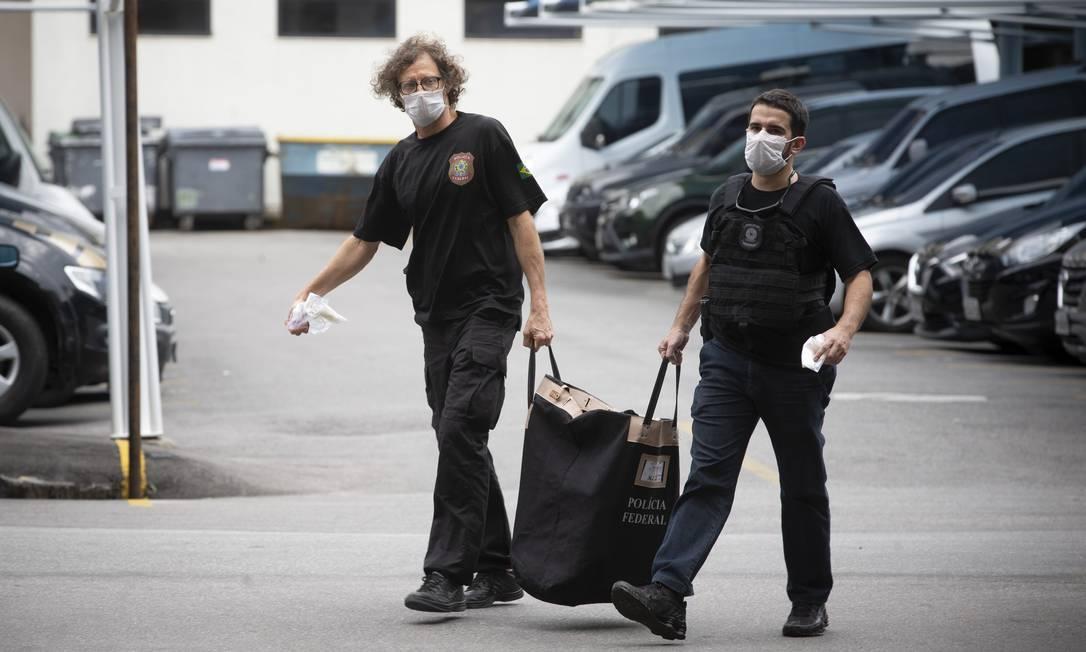 Policiais chegam à sede da PF com malotes e objetos apreendidos durante a Operação Favorito Foto: Márcia Foletto / Agência O Globo