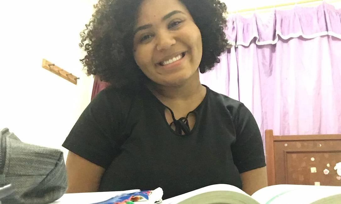 A estudante Isabelle Brittes, de 18 anos, de Saracuruna, prepara-se para fazer o Enem pela segunda vez. Foto: Arquivo pessoal