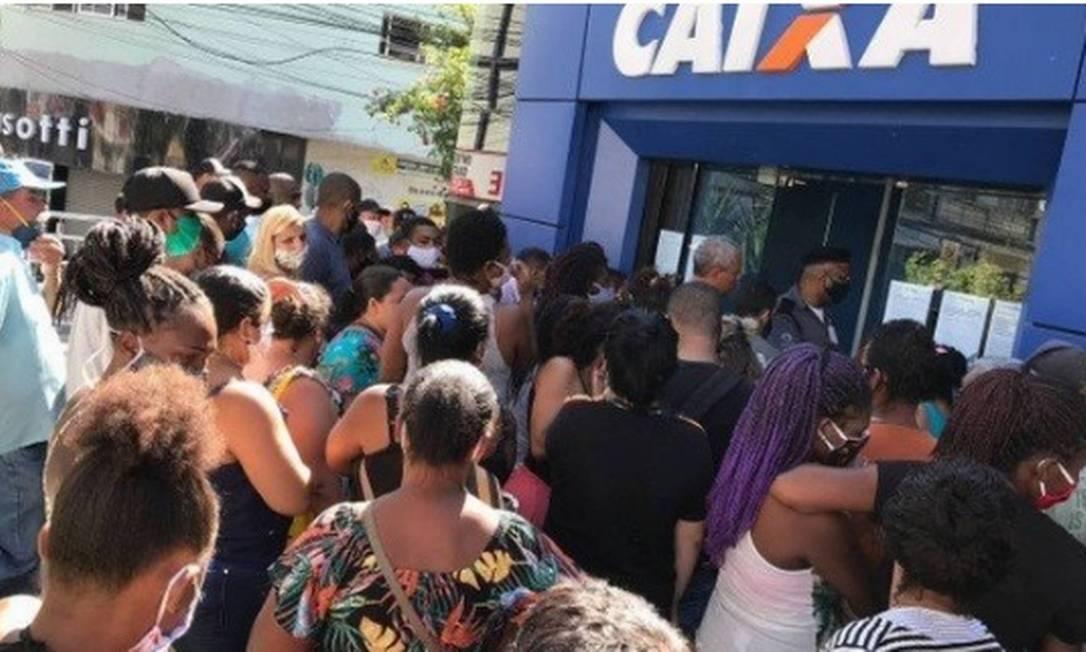 Aglomeração em frente a uma agência bancária da Caixa para o pagamento do auxílio emergencial de R$ 600 Foto: Roberto Moreyra / Agência O Globo