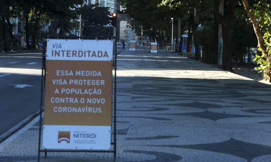Calçadão de Icaraí: a partir de quinta-feira, será permitida a realização de atividades esportivas individuais nos calçadões e areias das praias Foto: Fabiano Rocha / Agência O Globo