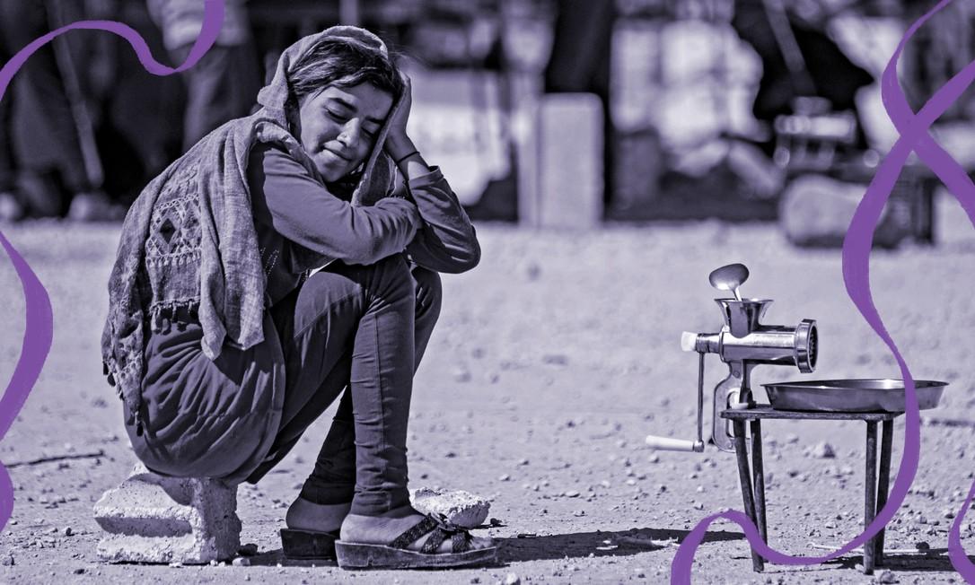 Refugiada síria ao lado de moedor de carne, na rua. Crise econômica pode fazer com que famílias casem suas filhas antes da maioridade Foto: DELIL SOULEIMAN / AFP